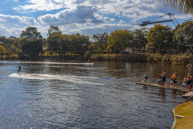 Pessoas andando de wakeboard no sistema de Duas Torres